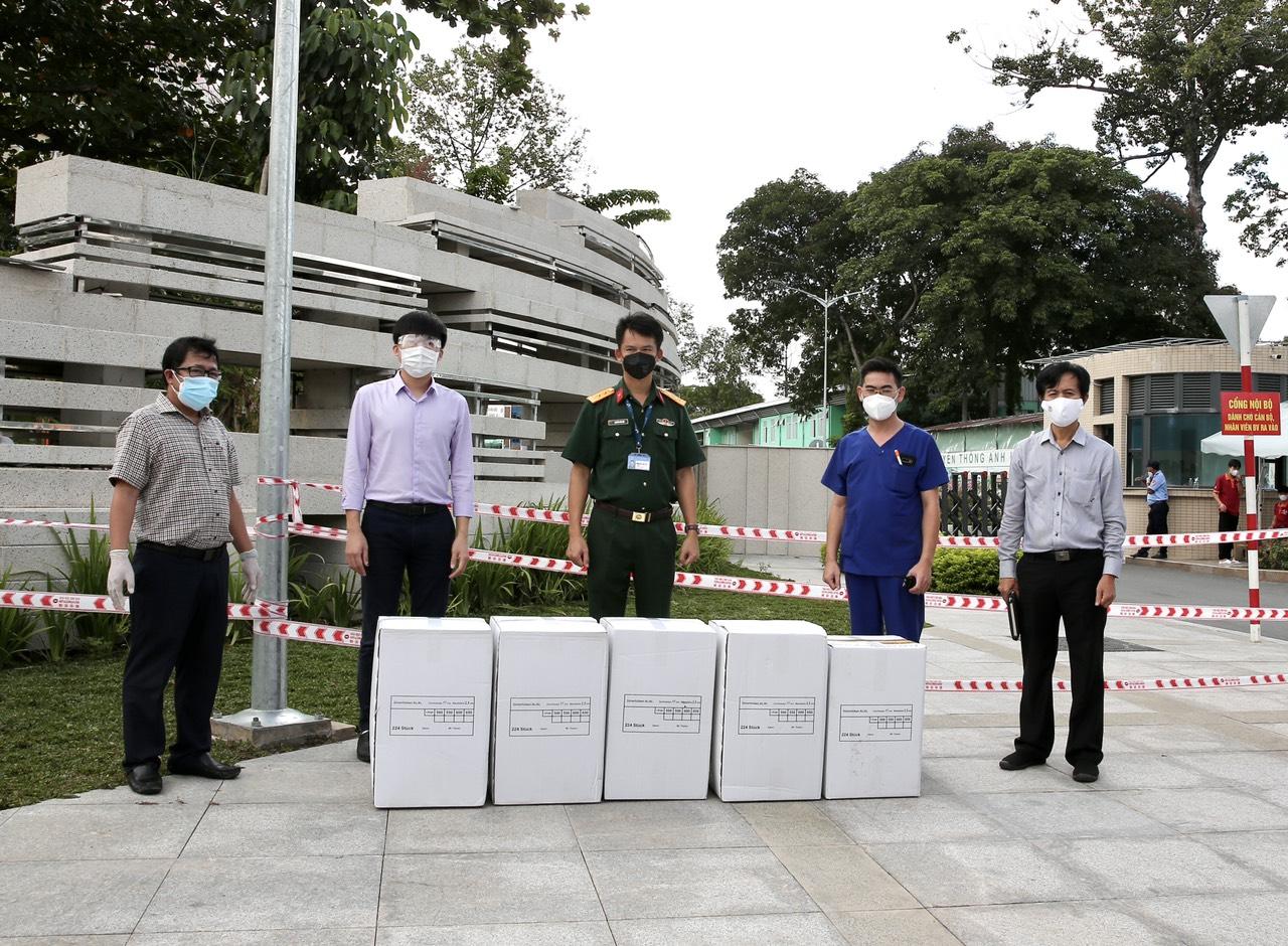Đại diện Bệnh viện Quân y 175 tiếp nhận quà tặng của Tập đoàn địa ốc Kim Oanh - Ảnh: Tuan Anh Nguyen