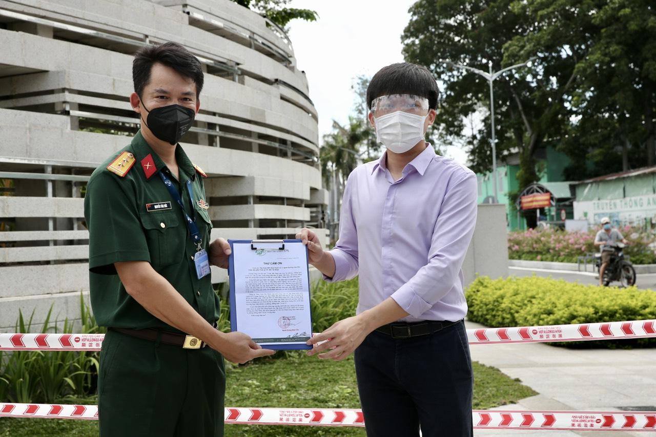 Ông Nguyễn Phú Đức - Giám đốc Quỹ từ thiện Kim Oanh nhận thư cảm ơn của Ban giám đốc Bệnh viện Quân y 175 - Ảnh: Tuan Anh Nguyen