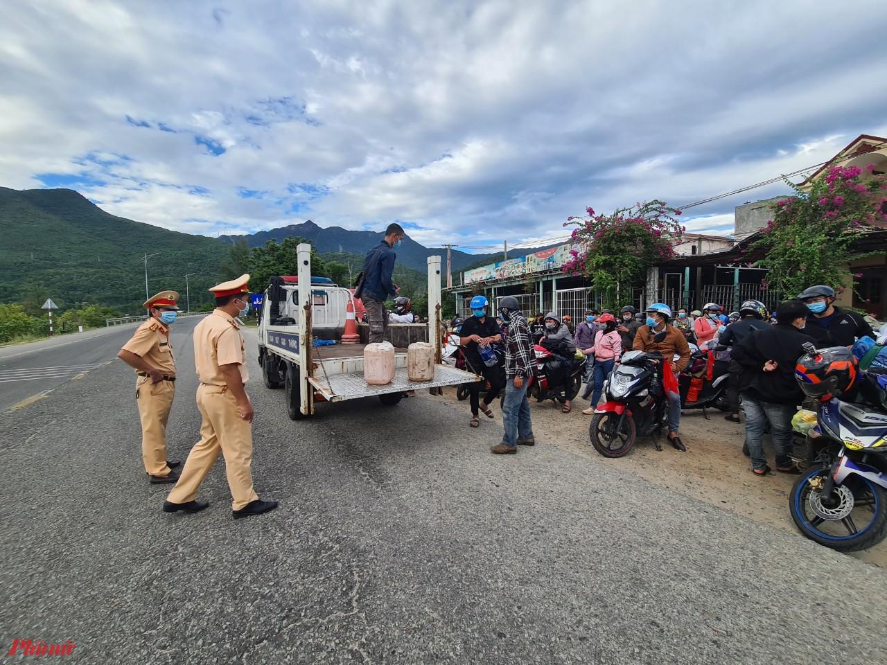 Trung bình có hơn 1.000 người từ TP.HCM ra miền Trung qua chốt kiểm tra Hải Vân ở thị trấn Lăng Cô (huyện Phú Lộc, Thừa Thiên - Huế)