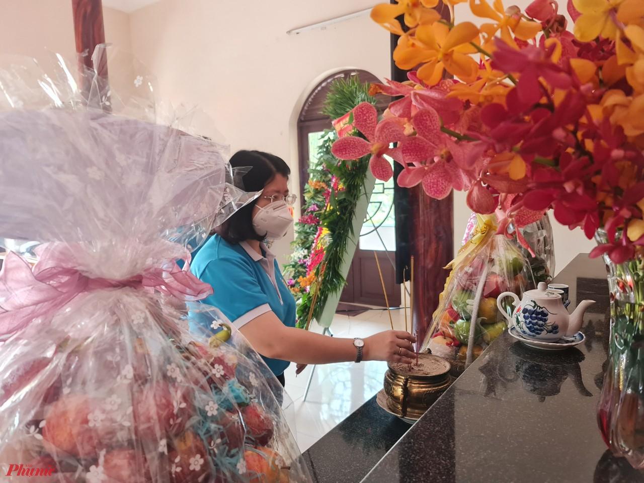 Bà Trần Thị Huyền Thanh - Phó Chủ tịch Hội LHPN TPHCM thắp hương