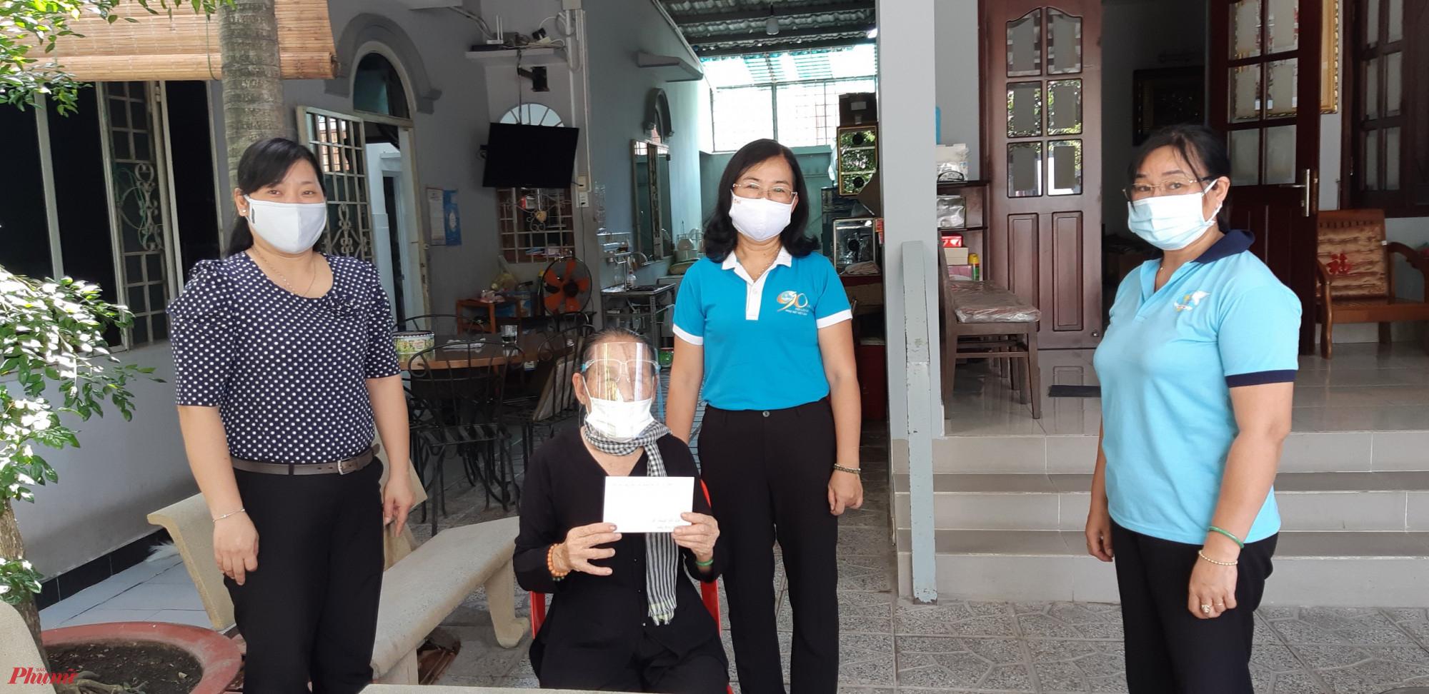 Bà Đỗ Thị Chánh đến thăm gia đình bà Nguyễn Thị Cát, quận 12.