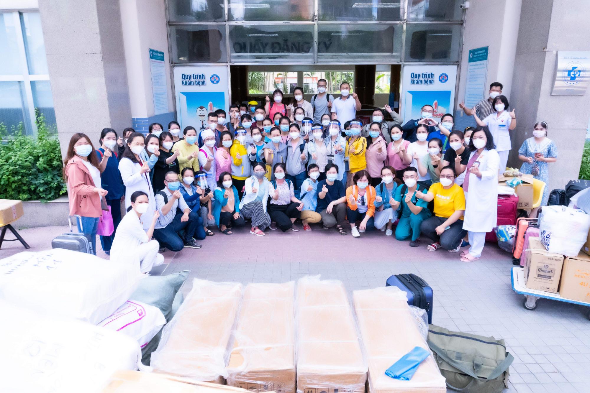 Sáng 27/7, 87 y bác sĩ của Bệnh viện Hùng Vương đã lên đường đển Bệnh viện Thu dung điều trị COVID-19 số 16 theo chỉ đạo của Sở Y tế TPHCM