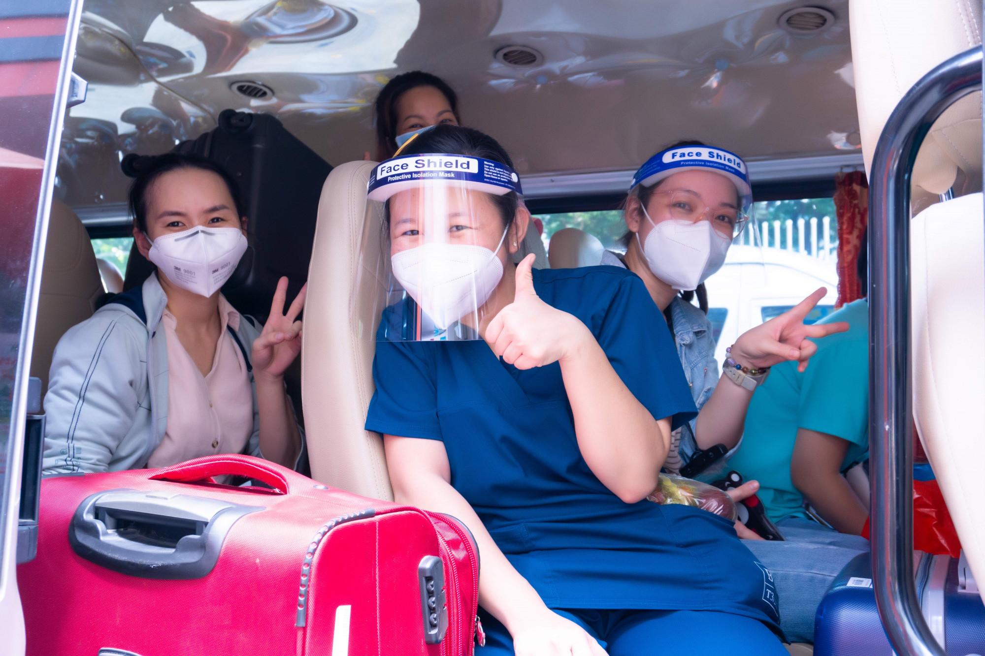 Ngoài Bệnh viện thu dung điều trị COVID-19 số 16, Bệnh viện Hùng Vương còn tham gia hỗ trợ Bệnh viện thu dung điều trị COVID-19 huyện Cần Giờ với 10 y, bác sĩ, Bệnh viện thu dung điều trị COVD-19 số 2 với 26 nhân viên y tế