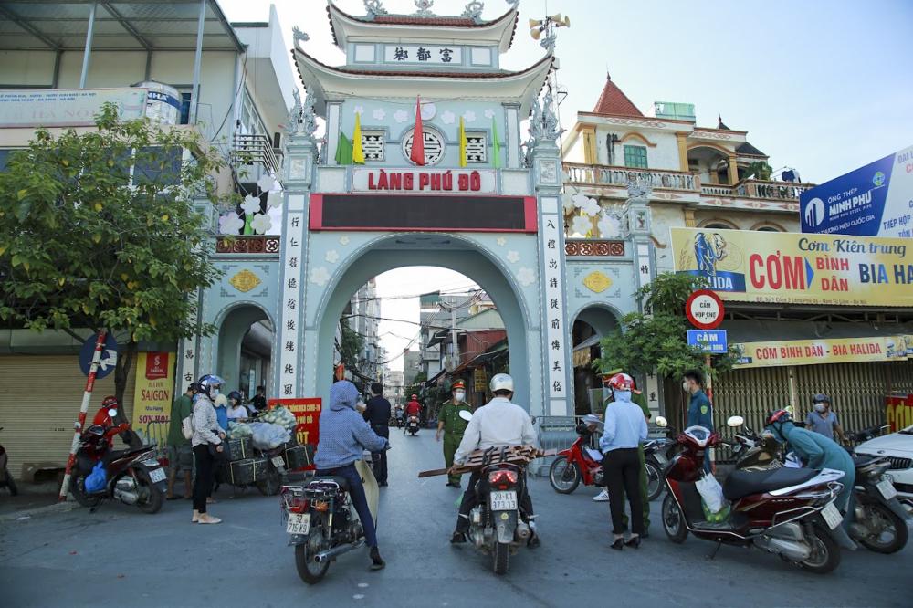 Ghi nhận tại phường Phú Đô , công tác kiểm soát được tăng cường. Các ngõ ngách vào phường đều được lập chốt kiểm soát.