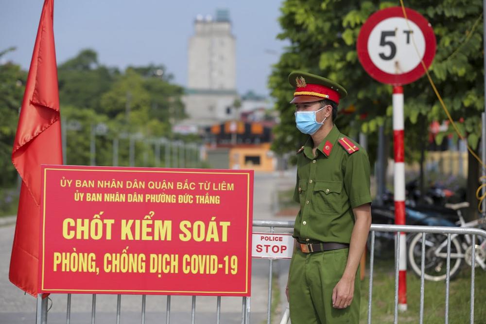 Theo ghi nhận của PV sáng 28/7, tại ngã 3 phố Vân Nội - Đức Thắng (phường Đức Thắng, quận Bắc Từ Liêm, Hà Nội), lực lượng chức năng đã lập chốt kiểm soát người dân ra vào theo chỉ thị 17 của UBND TP Hà Nội về phòng chống dịch Covid-19.