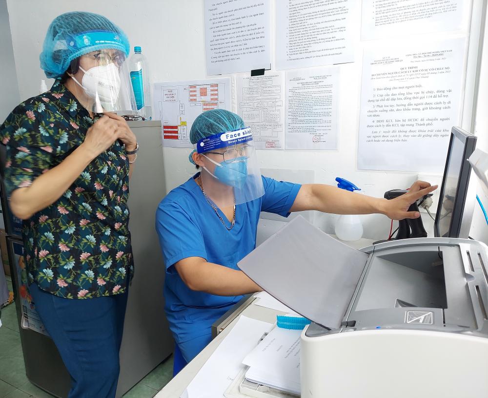 Chủ tịch Ủy ban MTTQ Việt Nam TPHCM Tô Thị Bích Châu kiểm tra công tác phòng, chống dịch COVID-19 tại quận Phú Nhuận.