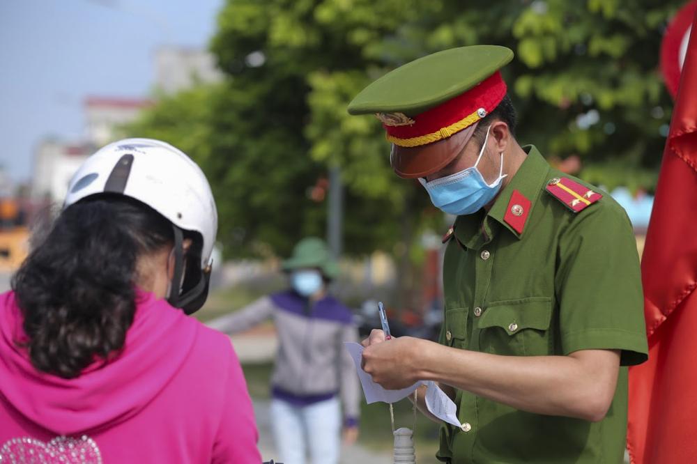 Sáng 28/7, tất cả các phương tiện, người ra, vào địa bàn phường Đức Thắng đều được kiểm soát chặt chẽ.