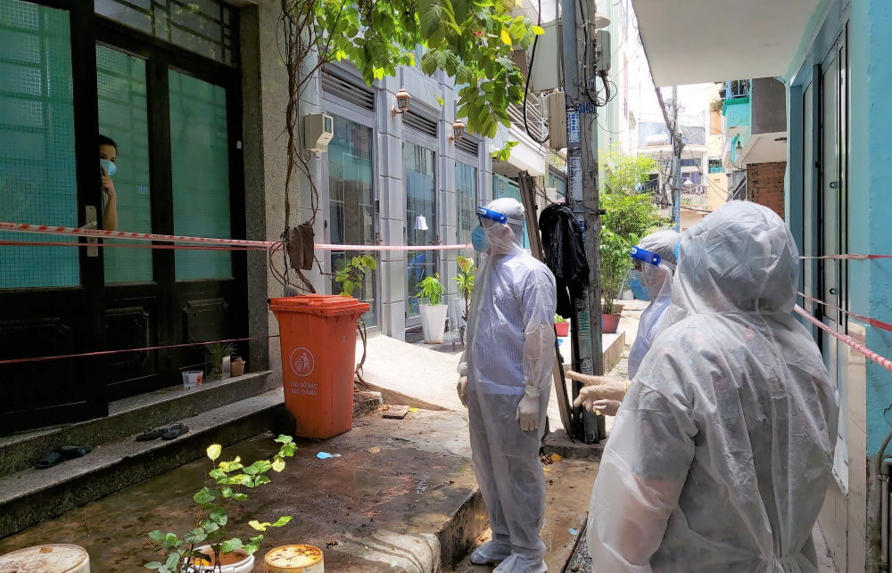 Chủ tịch Ủy ban MTTQ Việt Nam TP Tô Thị Bích Châu cũng đã đến thăm, động viên 5 Tổ phòng chống dịch Covid-19 tại cộng đồng cùng 10 hộ dân có hoàn cảnh khó khăn (ngoài đối tượng hỗ trợ theo Nghị quyết 09 của HĐND TP) tại phường 9, quận Phú Nhuận