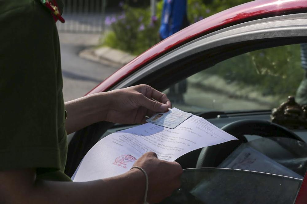 Trong 'phiếu kiểm soát phòng chống dịch COVID-19 phát đến từng hộ sẽ ghi tên, tuổi của các thành viên trong gia đình. Người dân ra khỏi nhà mang theo phiếu trên kèm chứng minh thư nhân dân hoặc bằng lái xe, để xuất trình tại chốt.