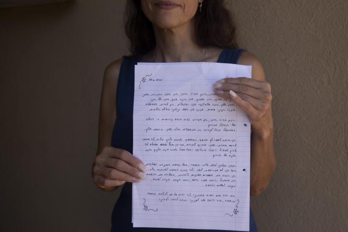 Idit Harel Segal, người đã hiến tặng một quả thận cho một đứa trẻ Palestine ở Dải Gaza, trên tay cô là bức thư viết cho cậu bé sẽ nhận thận của cô - Ảnh: AP