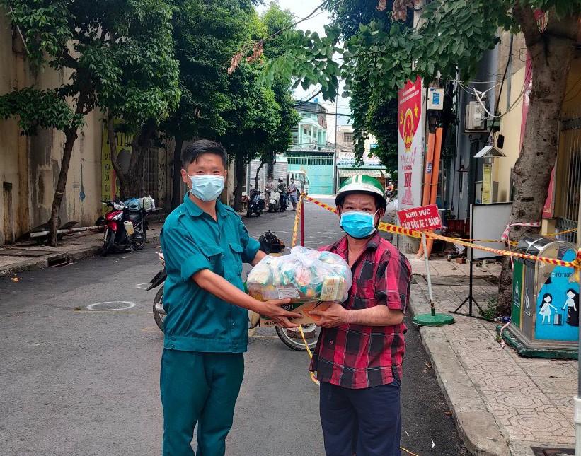 Người dân quận Tân Phú sau khi phản ánh thông tin với đường dây nóng của MTTQ quận Tân Phú đã được hỗ trợ kịp thời.