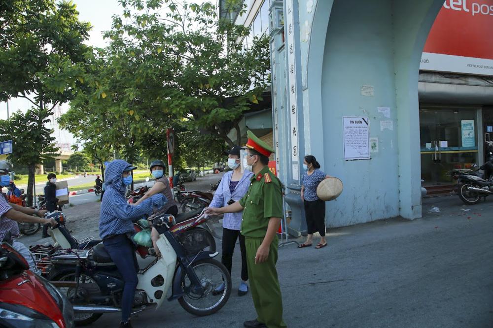 Lực lượng chốt trực tại làng Phú Đô kiên quyết xử phạt những người dân ra ngoài với lý do không cần thiết.