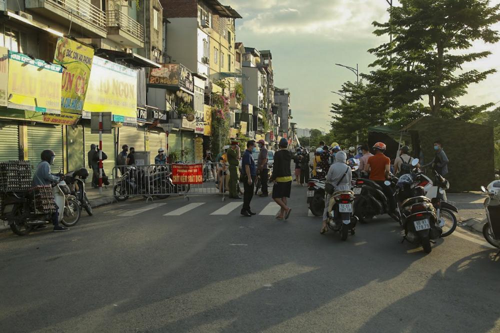 Theo ghi nhân của PV ngày 28/7, nhiều xã, phường đã lập chốt để kiểm soát người ra vào, đi lại không cần thiết trong thời gian giãn cách. Việc lập chốt kiểm dịch để tăng cường công tác phòng, chống dịch bệnh, đồng thời bảo đảm việc người dân hạn chế ra ngoài.