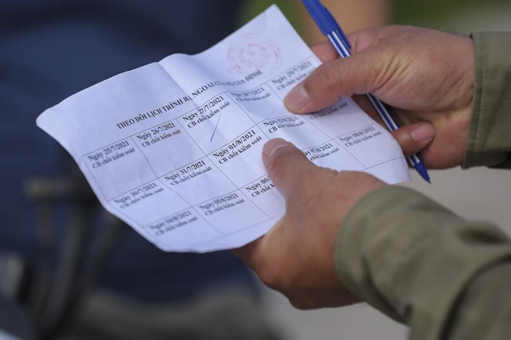 Sau khi kiểm tra giấy tờ tuỳ thân trùng khớp với phiếu đã phát, cán bộ tại chốt sẽ ký tên, đánh dấu vào phiếu theo ngày. Như vậy, mỗi hộ sẽ chỉ có 1 người ra ngoài 1 lần trong ngày.