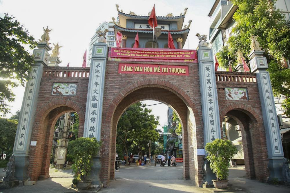 Tại làng Mễ Trì Thượng (phường Mễ Trì, quận Nam Từ Liêm), lực lượng chức năng cũng đang túc trực để kiểm soát người dân ra vào địa bàn phường.