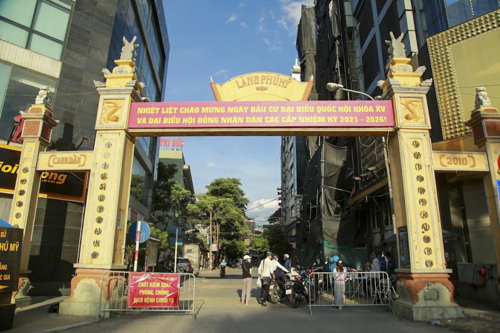 Lực lượng chức năng cũng đã lập chốt để kiểm soát người dân ra vào tại Làng Phú Mỹ (phường Mỹ Đình 2, quận Nam Từ Liêm).