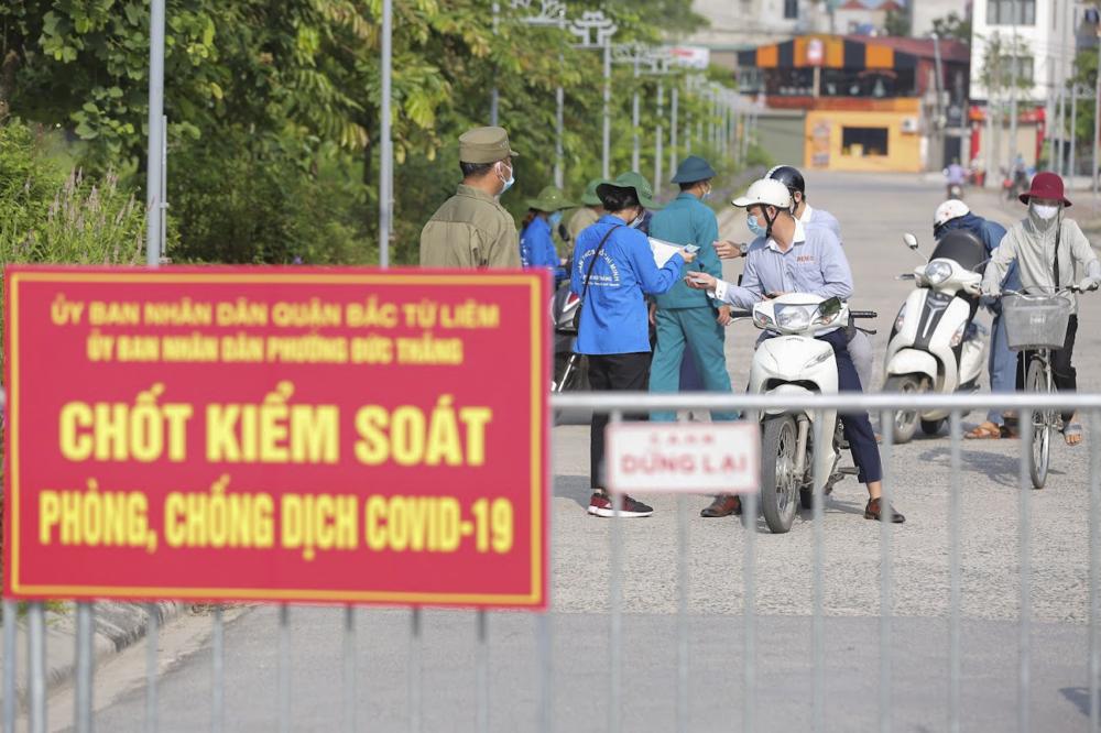 Lực lượng chức năng đã lập 4 chốt chính trên địa bàn phường để kiểm soát người dân ra vào. Sáng 28/7, tất cả các phương tiện, người ra, vào địa bàn phường Đức Thắng đều được kiểm soát chặt chẽ.