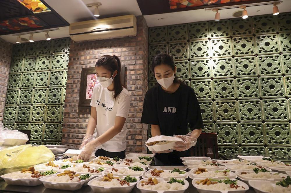 Các hoa hậu, người đẹp đích thân chuẩn bị phần ăn từ thiện.