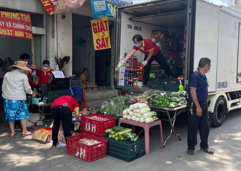 Khi nhận được phản ánh người dân khu vực đường Bùi Văn Ba, quận 7, khó khăn trong việc mua nhu yếu phẩm, MTTQ quận 7 đã tổ chức bán hàng lưu động cho bà con.