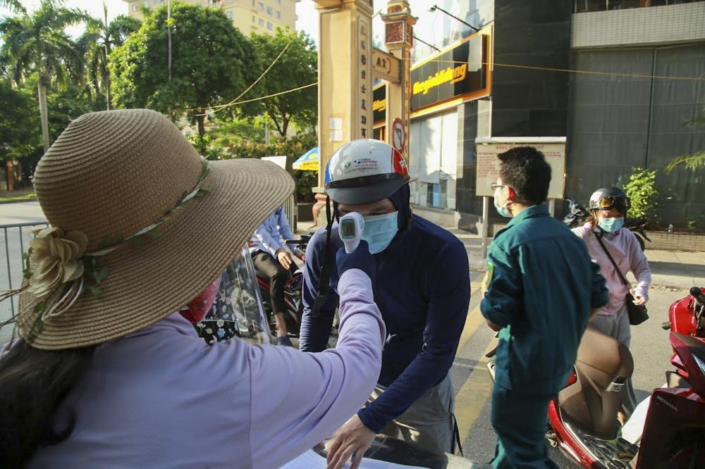 Tất cả người dân ra vào các phường đều phải đo thân nhiệt, khai báo y tế tại các chốt.