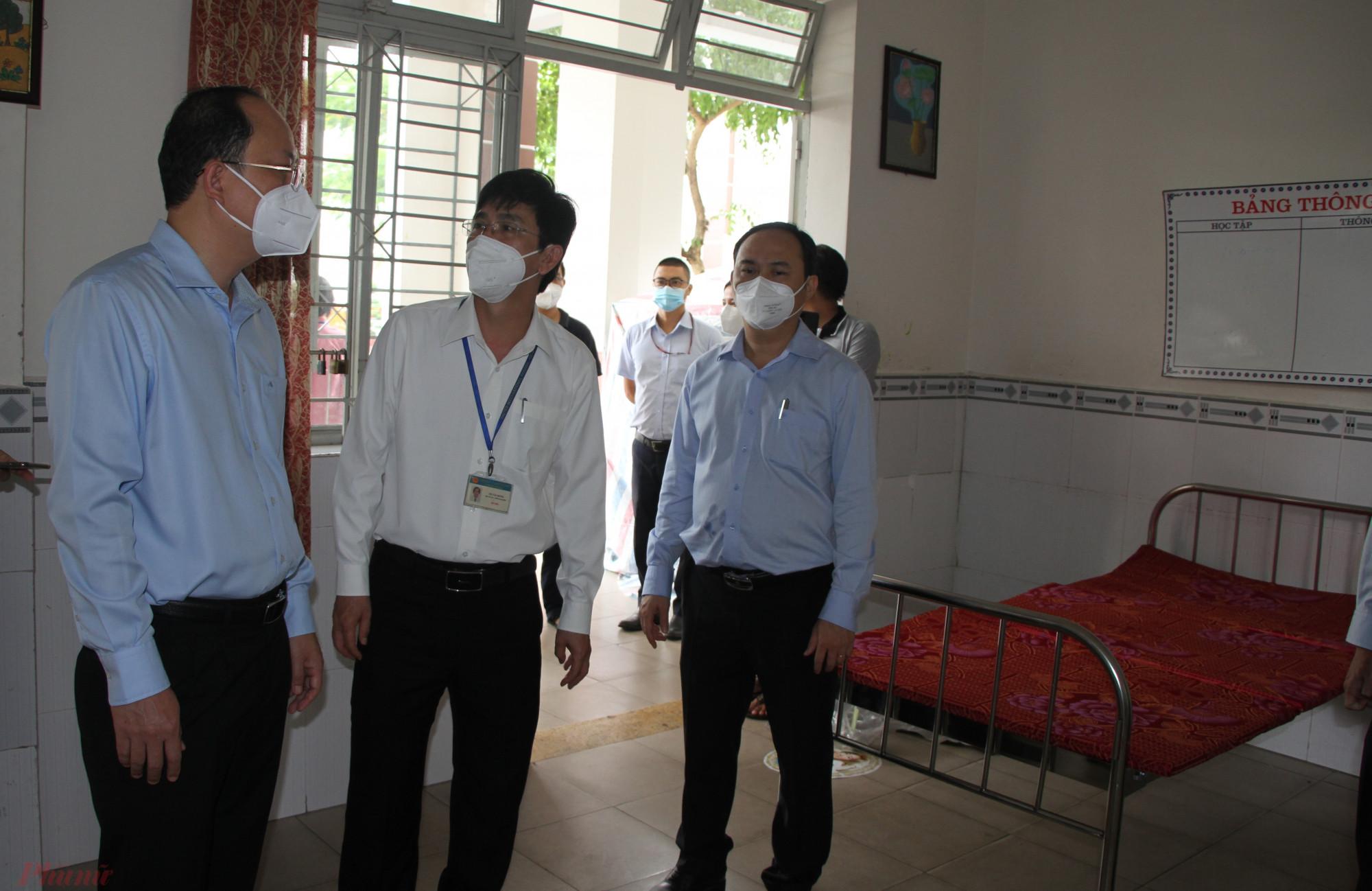 Phó bí thư Thành ủy TPHCM Nguyễn Hồ Hải kiểm tra khu điều trị cấp cứu bệnh nhân  COVID -19 tại khu cách ly  135, Hoàng Hoa Thám, phường 13, quận Tân Bình