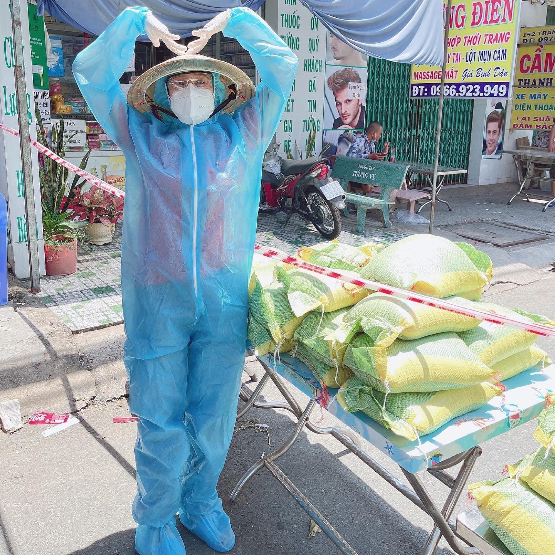 Nữ diễn viên đi phân phát gạo cho người dân khó khăn tại TPHCM