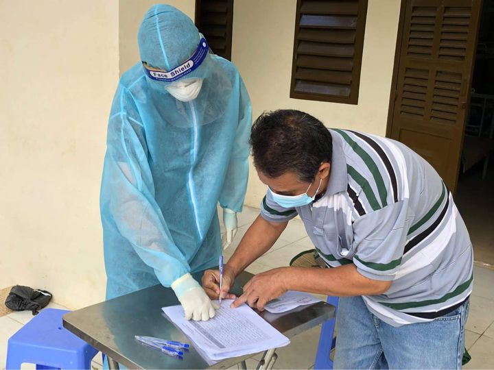 Một người ký thủ tục xuất viện tại Bệnh viện Dã chiến số 1 TP.HCM.