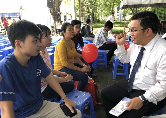 ThS Phùng Quán (bìa phải) tư vấn cho thí sinh