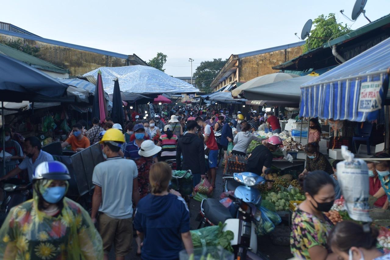 Mỗi ngày chợ đầu mối phía Nam có khoảng 3.000 người tới mua hàng. Ảnh chụp chợ đầu mối phía Nam trong ngày đầu Hà Nội thực hiện giãn cách.