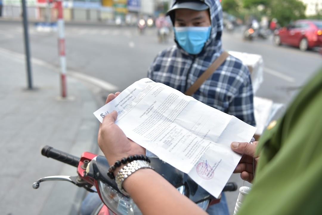 Hà Nội đang có tình trạng các chốt kiểm soát hỏi giấy tờ khác nhau.