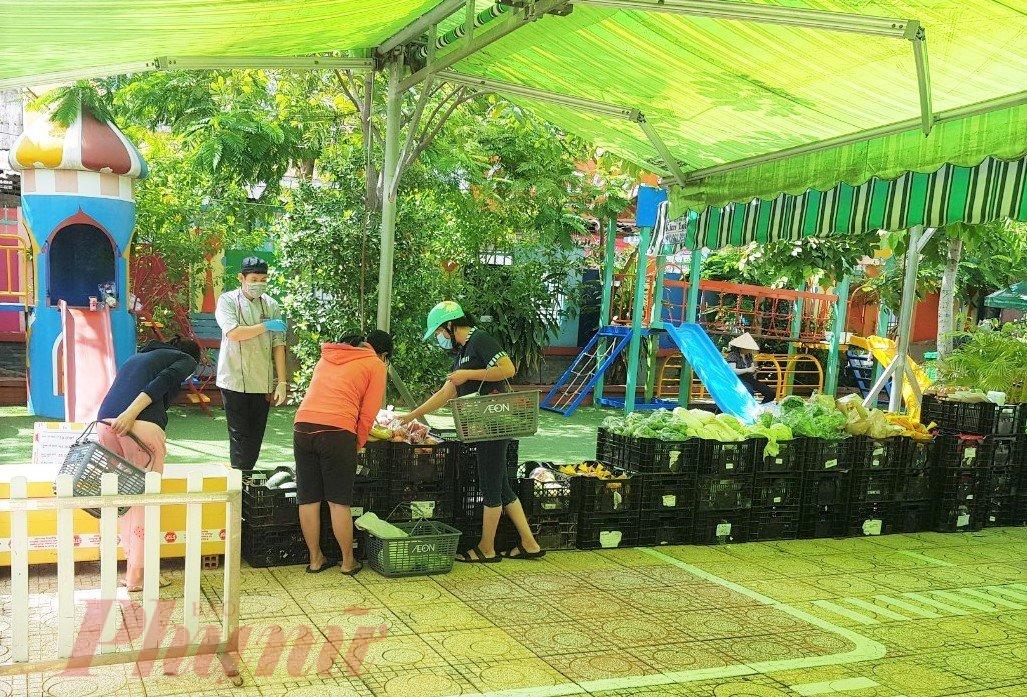 Người dân mua thực phẩm tại điểm bán hàng lưu động.