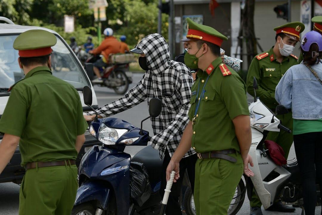 Riêng ngày 28/7, Hà Nội đã xử phạt gần 900 trường hợp vi phạm quy định phòng chống dịch COVID-19.