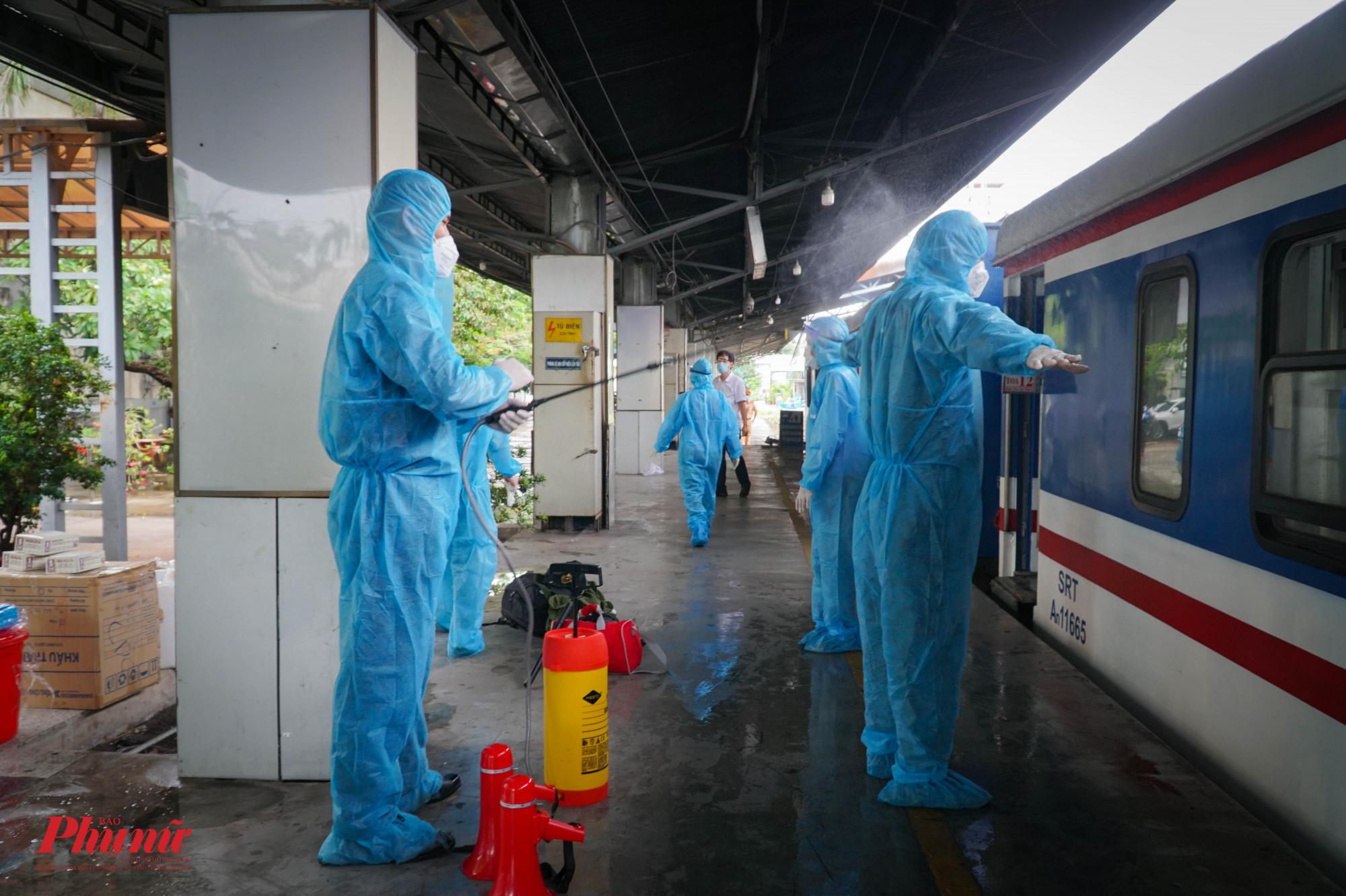 Các lực lượng phục vụ được phun khử khuẩn, trước khi tàu khửoi hành