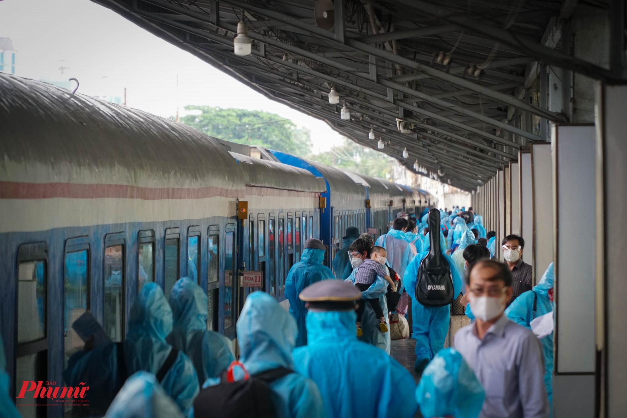 Người dân tiến hành ra tàu lúc 14g30