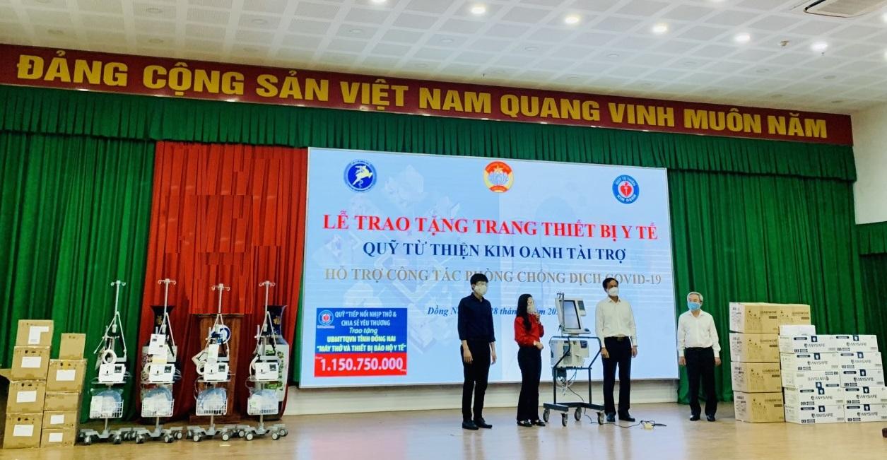 Bà Kim Oanh (áo đỏ) trao nặng máy thở và vật tư y tế cho đại diện ngành y tế tỉnh Đồng Nai - Ảnh: Kim Oanh Group