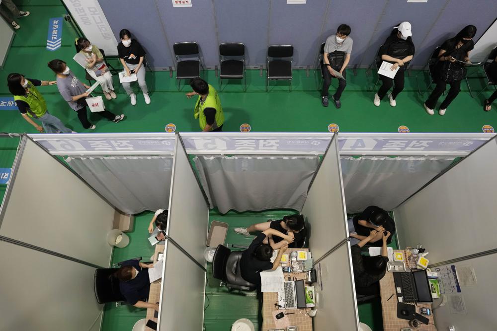 Người dân nhận liều đầu tiên của vắc-xin Pfizer-BioNTech tại một trung tâm tiêm chủng ở Seoul,