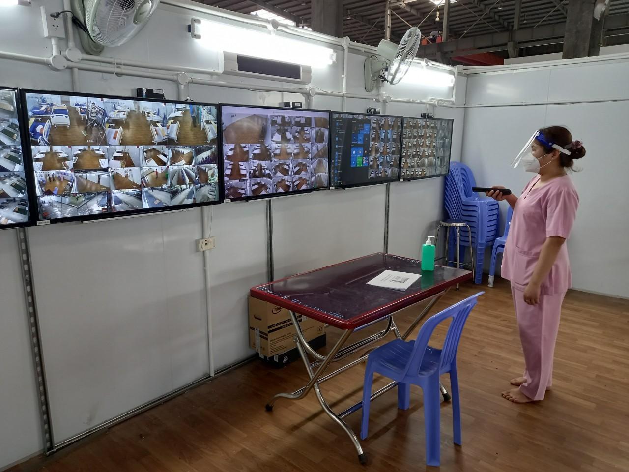 Theo dõi bệnh nhân qua màn hình tại BV dã chiến 16. Ảnh: Hà Văn Đạo.