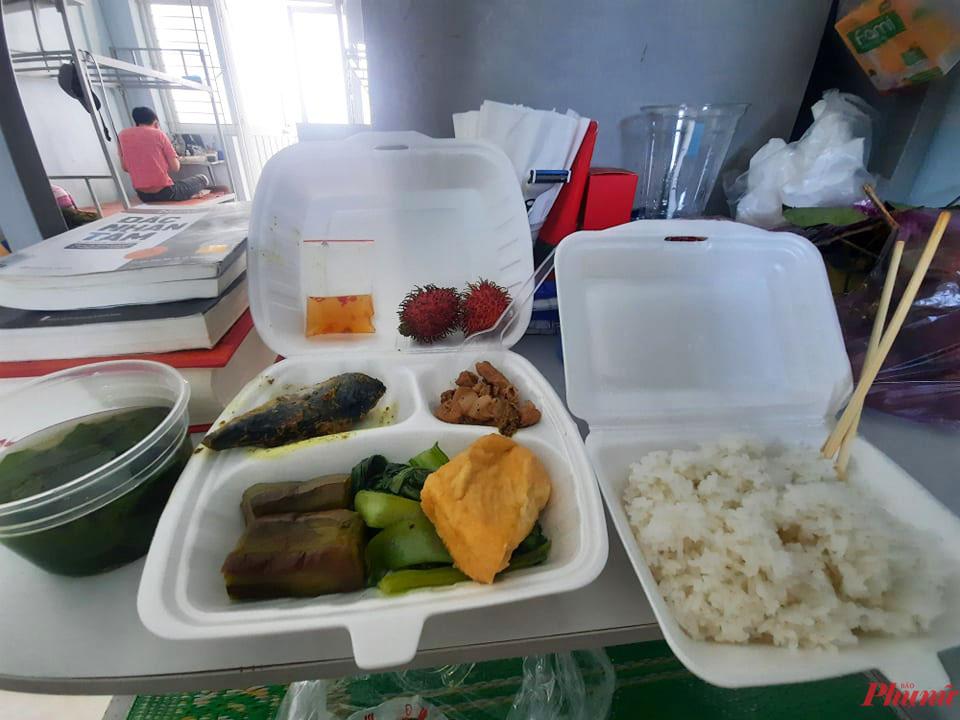 Xuất ăn tại KCL ký túc xá trường ĐH Phạm Văn Đồng