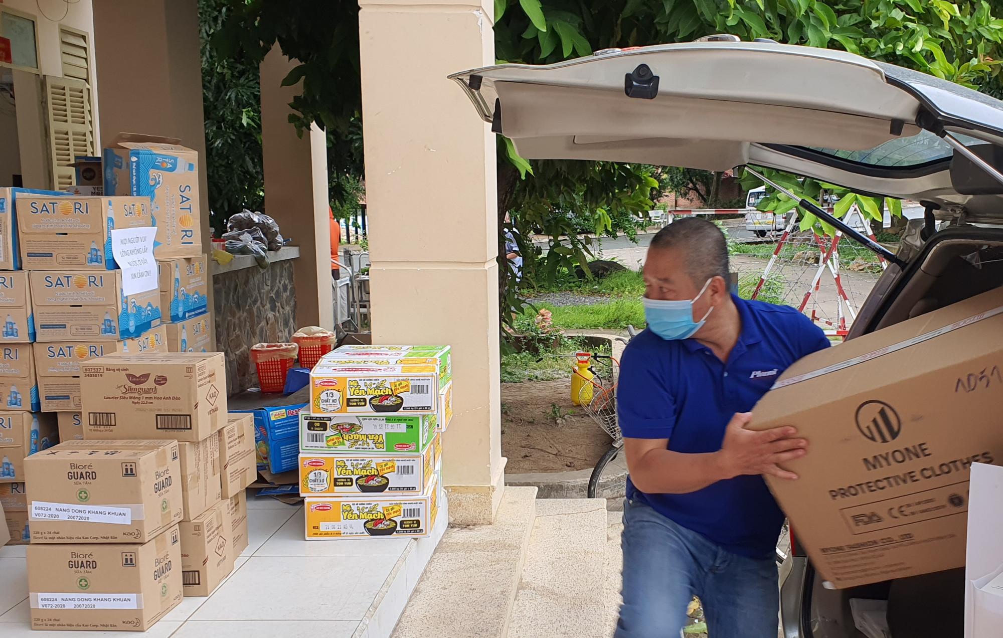Nhân viên Báo Phụ nữ TPHCM vận chuyển vật tư, tramg thiết bị y tế trao tặng bệnh việm da chiến số 1