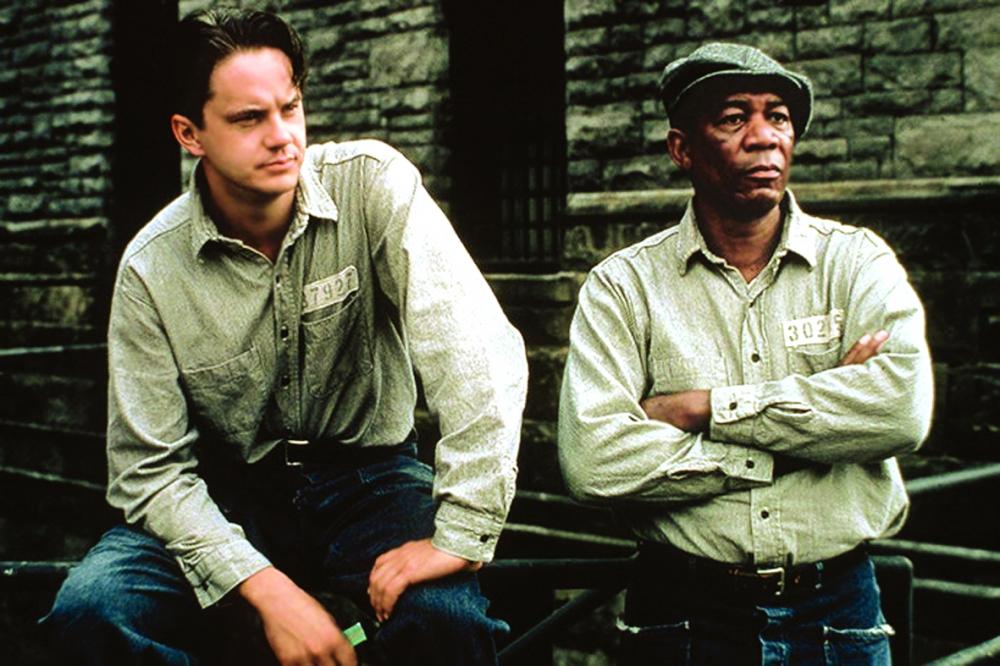 Tim Robbins (trái) và Morgan Freeman trong phim