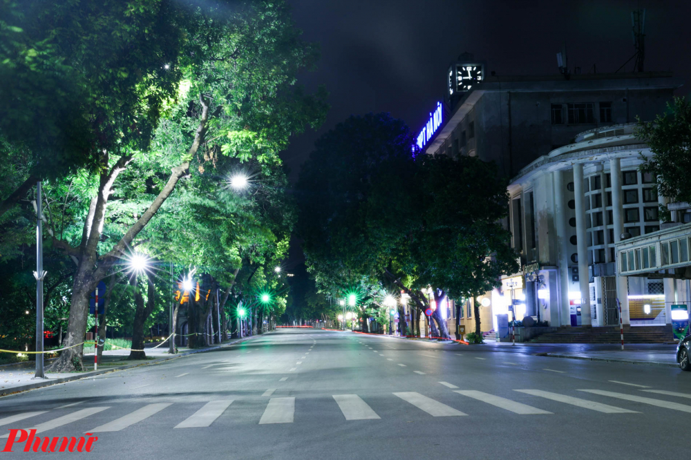 Khu vực đường Đinh Tiên Hoàng vắng vẻ. Không còn thấy cảnh người dân đi dạo, thể dục vào buổi tối như thường lệ.