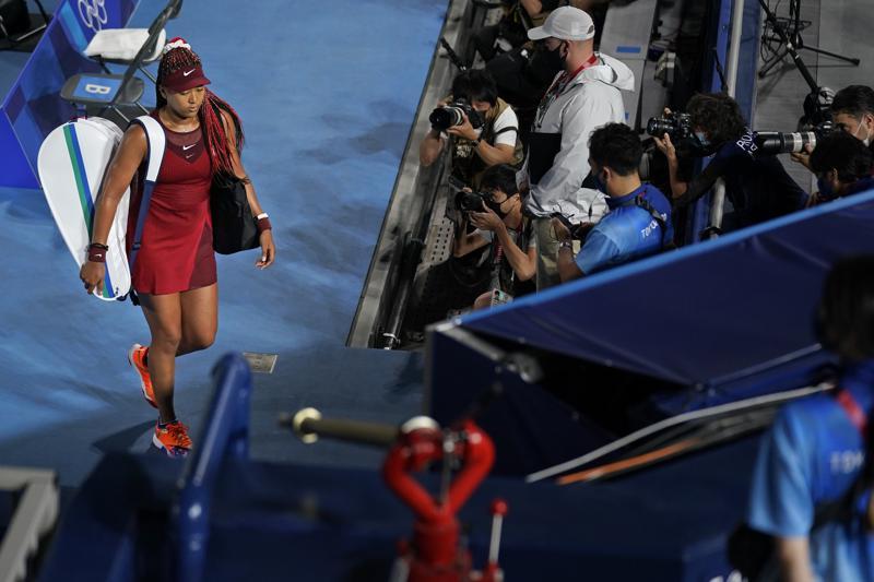 VĐV Naomi Osaka của Nhật Bản, rời sân đấu sau khi bị Marketa Vondrousova (Cộng hòa Séc) đánh bại trong vòng thứ ba hôm 27/7 tại cuộc thi quần vợt Thế vận hội Tokyo 2020 - Ảnh: AP