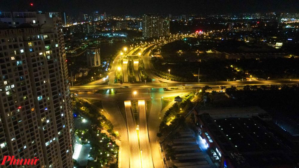 Ngã tư Phạm Hùng- Đại lộ Thăng Long-Trần Duy Hưng là nỗi lo của các cảnh tài xế khi đi qua đây vào giờ cao điểm, nay chỉ thỉnh thoảng mới có những chiếc xe tải chạy qua.