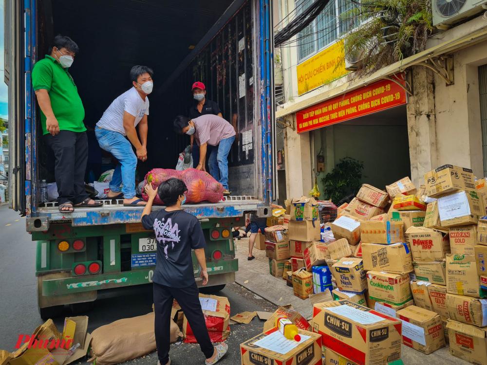 Đã có nhiều chuyến xe từ các tỉnh chở nhu yếu phẩm, lương thực gửi đến m