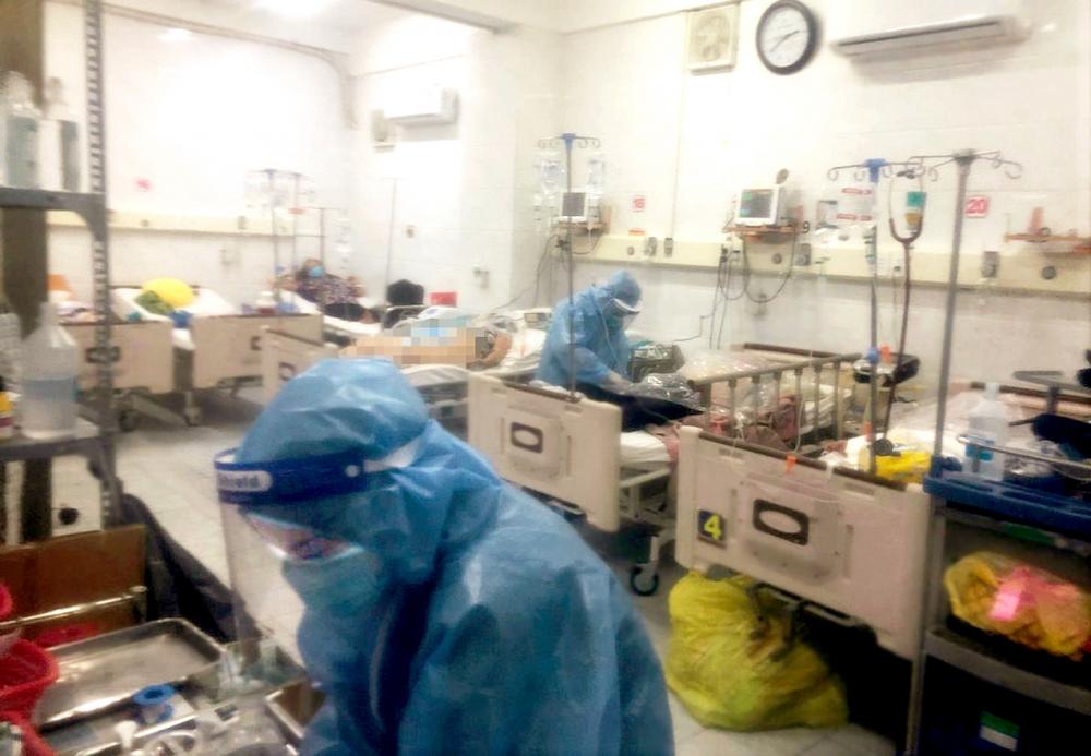 Y, bác sĩ Khoa Cấp cứu Bệnh viện Nguyễn Tri Phương đang chăm sóc cho bệnh nhân  khi dịch COVID-19 đang diễn biến phức tạp vào tháng 7/2021 - Ảnh do bệnh viện cung cấp
