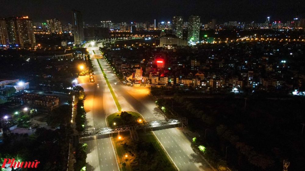 """Con đường Trần Duy Hưng Đường Trần Duy Hưng, khu vực gần Big C vốn có lưu lượng tương đối đông nhưng nay dường như """"Bất Động"""" trong màn đêm."""
