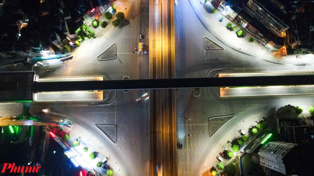 Ngã tư Nguyễn Trãi - Khuất Duy Tiến nơi thường xuyên xảy ra tình trạng ùn tắc giao thông nay trở lên vắng lặng.