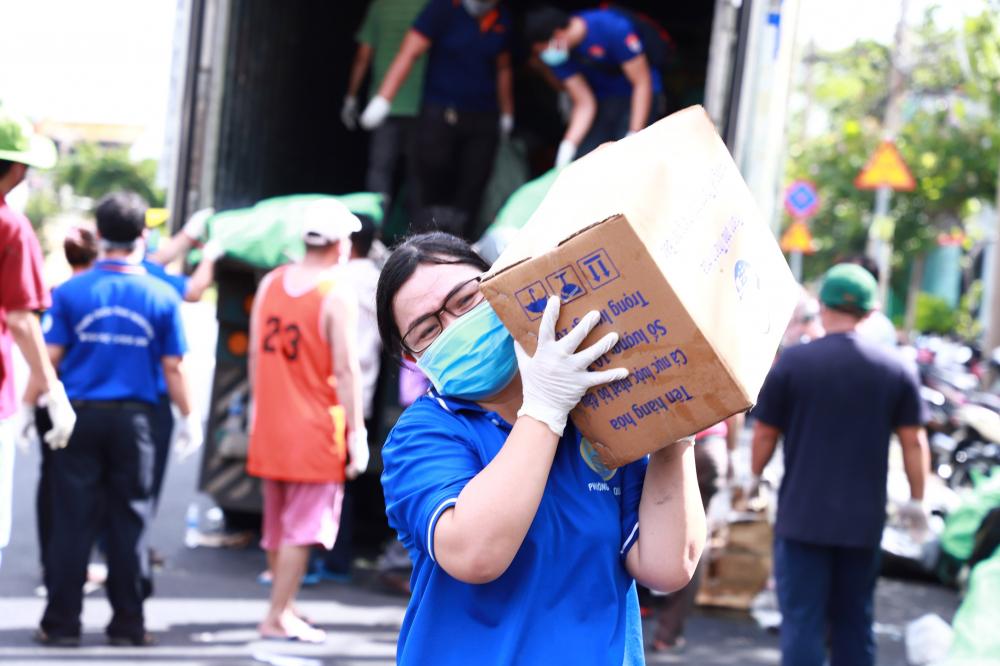 Trước đó, 10 con Trước đó, 10 container đông lạnh các mặt hàng tươi sống, rau củ quả đã đến TP và chuyển ngay đến người dân cần hỗ trợ.