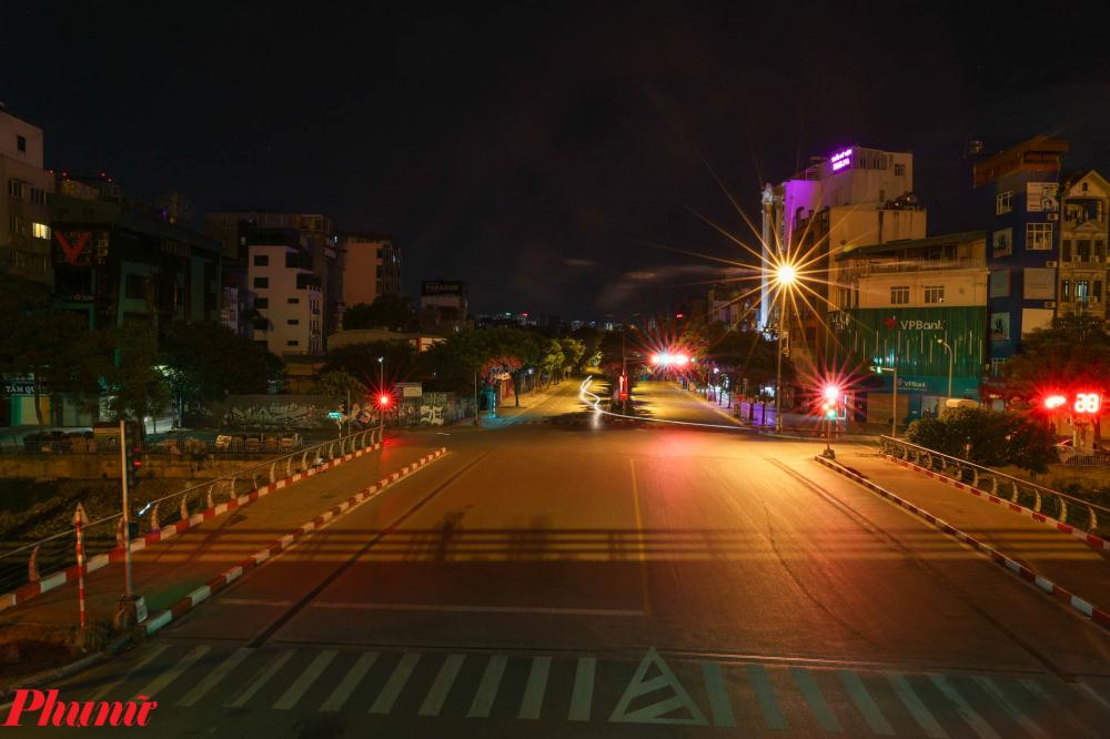 Nhiều tuyến đường vốn đông phương tiện qua lại của Hà Nội cũng trong tình trạng vắng vẻ im lìm.