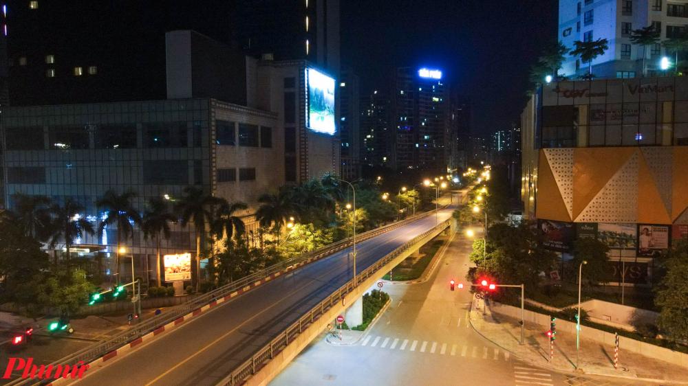 Không có bất cứ phương tiện giao thông nào trên cầu vượt Nguyễn Chánh.